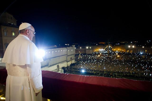 Tłum wiernych na placu świętego Piotra