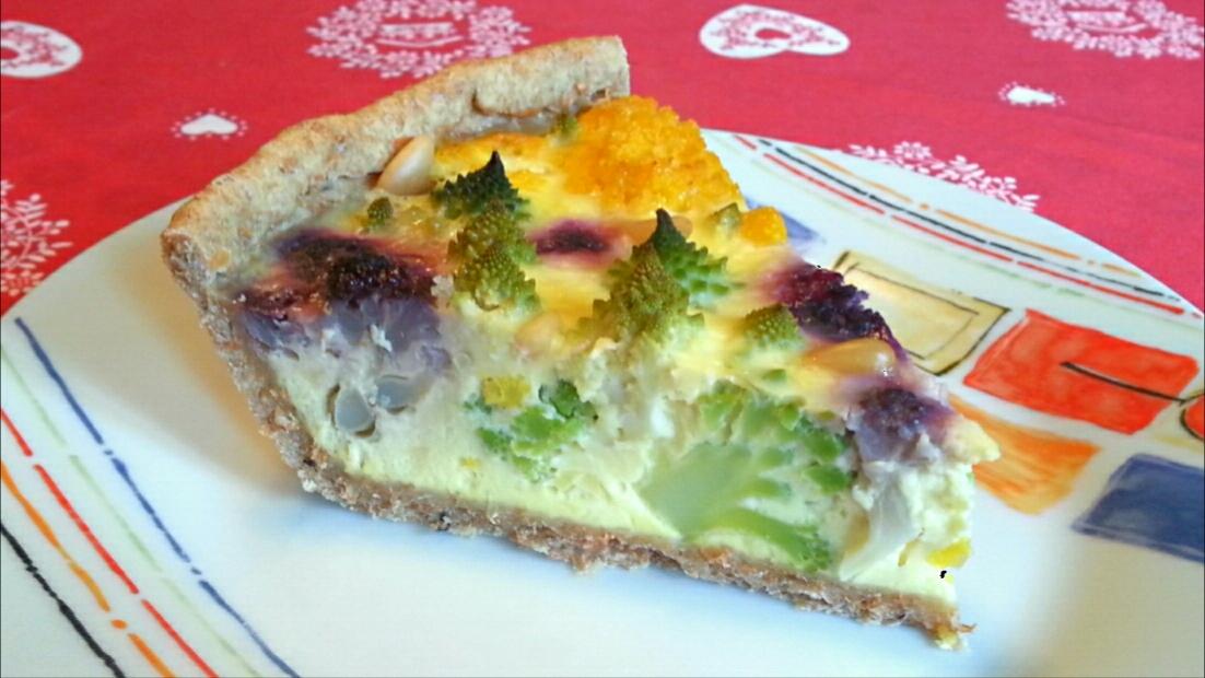 Torta salata con pasta frolla vegana integrale con ripieno di broccoli colorati, formaggio Gruyère e pinoli