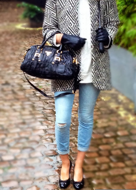 aztec print, zara, zara coat, fashion blogger, prada, prada bag, black handbag, skinnie jeans, wripped jeans, wripped skinny jeans, gloves, high heels