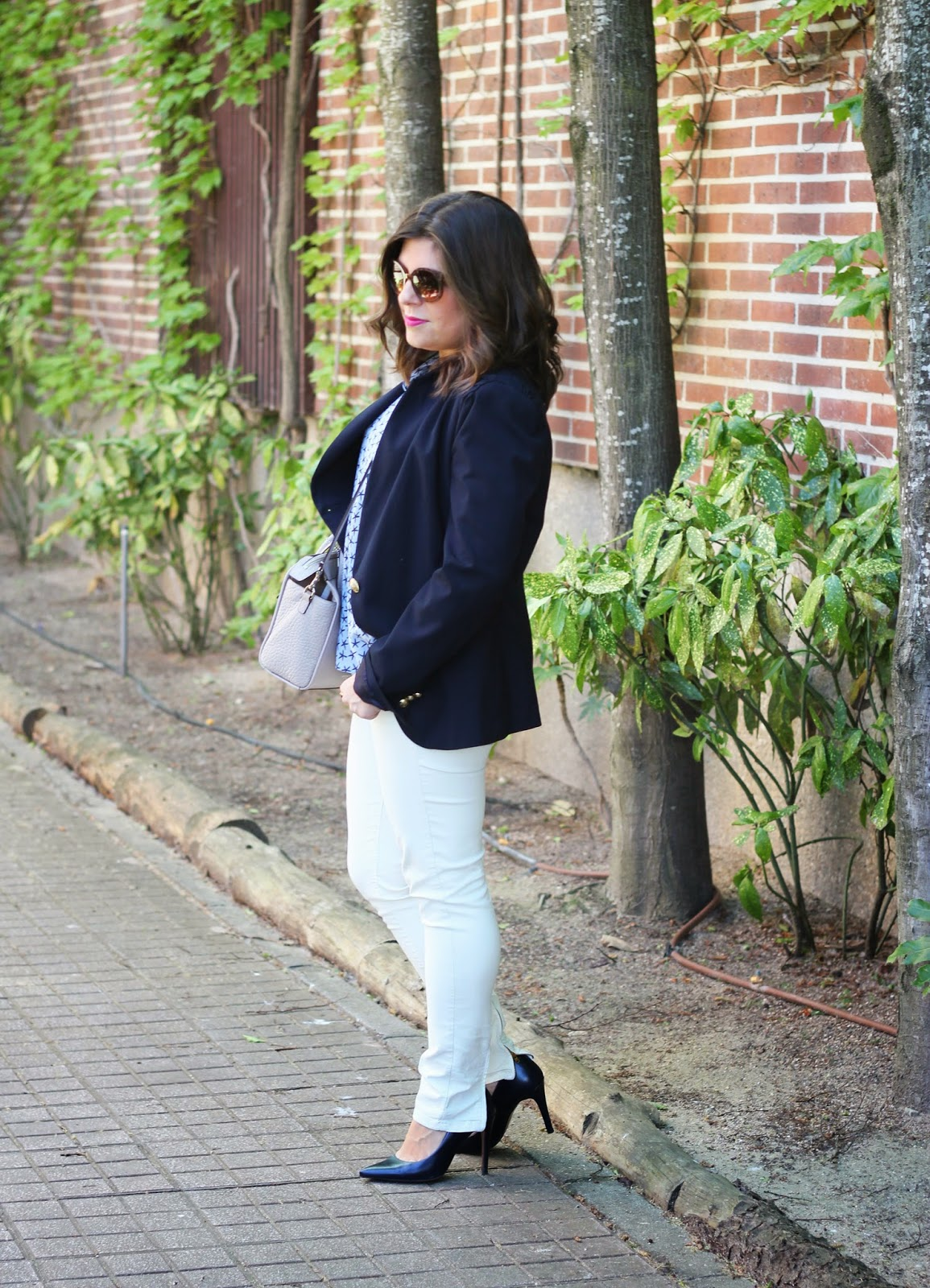 photo-look-street_style-white_jeans-blue-stars_shirt