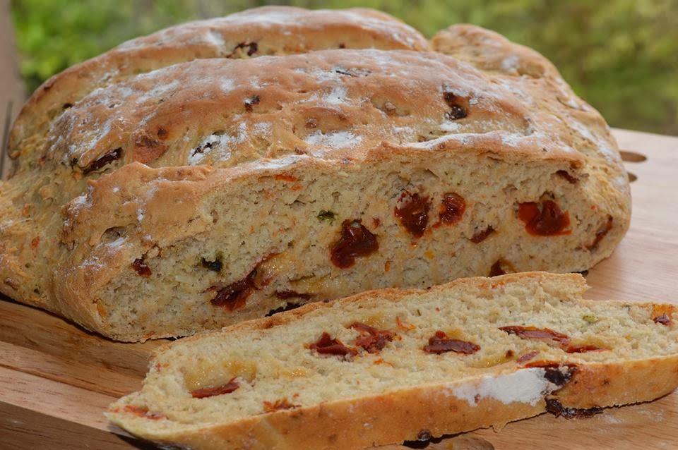 Chleb czosnkowy z bazylią i suszonymi pomidorami