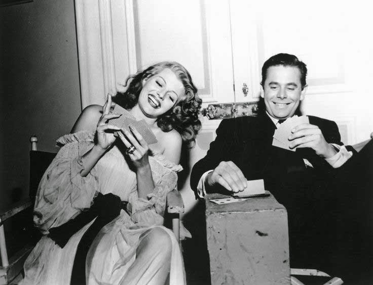 """Rita Hayworth y Glenn Ford jugando a las cartas en un descanso de """"Gilda"""" (1946)."""