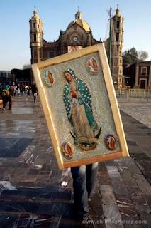 Millones de personas peregrinan hasta la capital mexicana, al cerro del Tepeyac, donde llevan imágenes religiosas para bendecirlas y ofrecen sus bailes tradicionales a la vírgen.