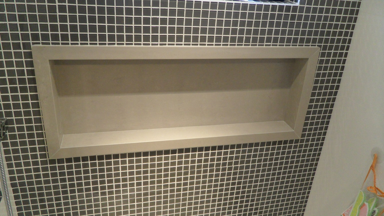Bel Taglio cortes especiais em porcelanato.: Bancada e Nicho  #836E48 1536x864 Banheiro Azulejo Metade