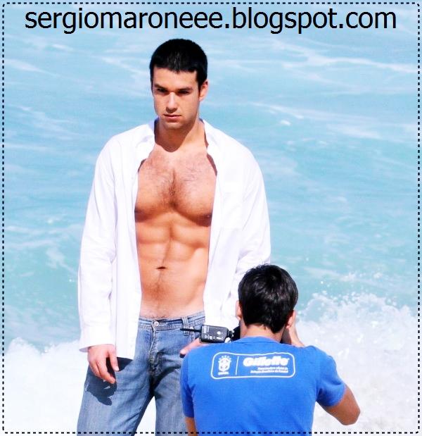 Sérgio Marone mostra o abdômen sarado em ensaio na praia.