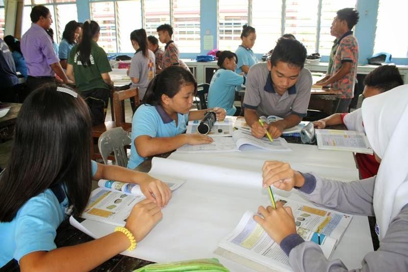 Pelajar membuat persediaan bagi pembentangan