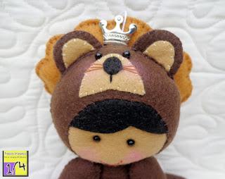 menino disfarçado de leão em feltro