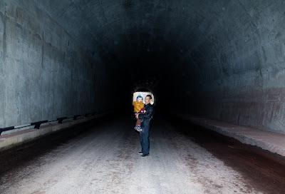 Mann mit Kind im Tunell, Chongqing 2012
