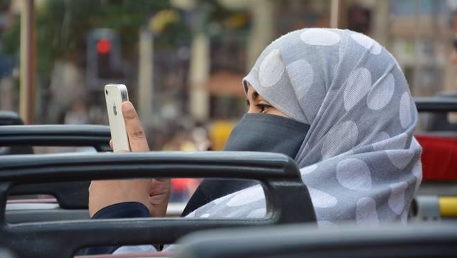 wanita pakai iPhone