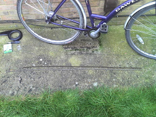 Don't put a new chain on the floor like this. I didn't realise how dirty the floor was and had to clean the chain before I put it on the bike.