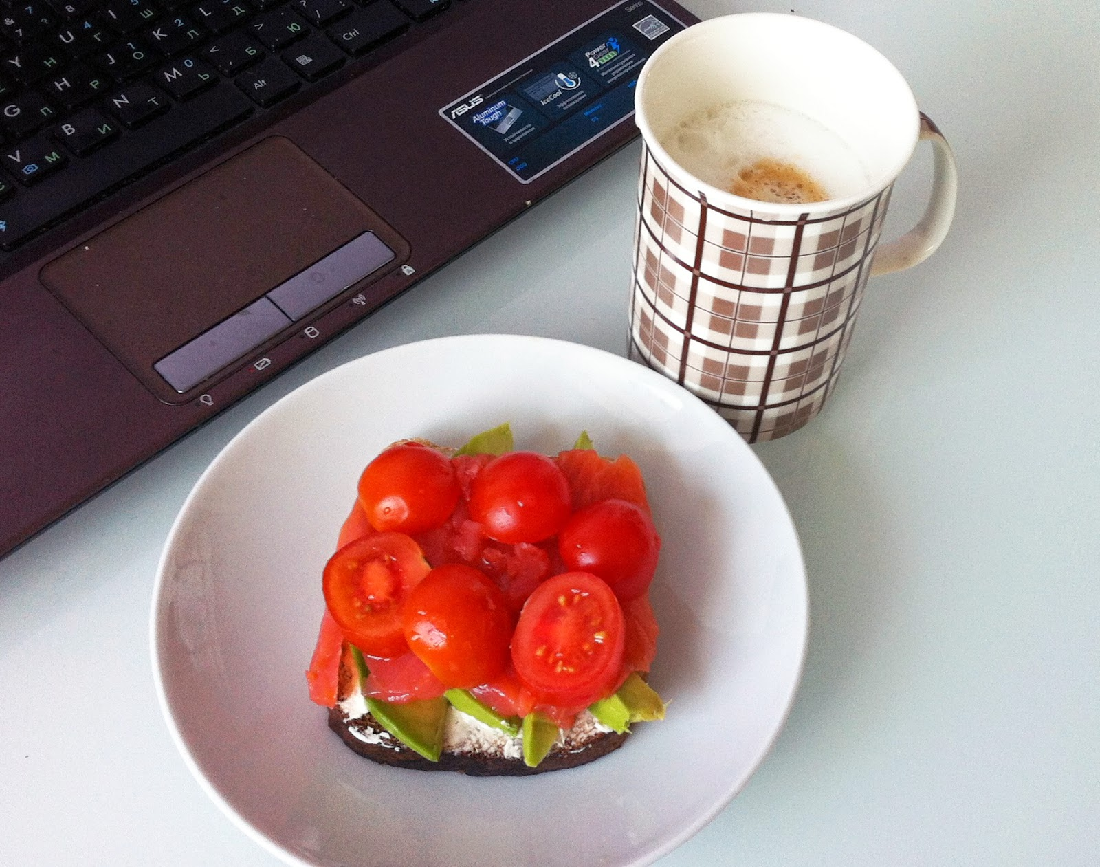 Бутерброд с авокадо, красной рыбой, томатами