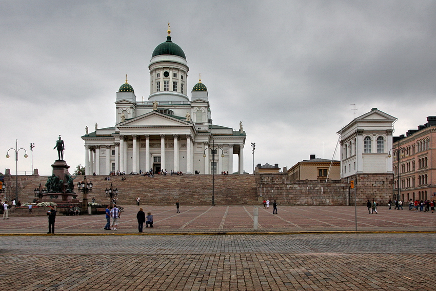 Foto da catedral e da praça que fica na sua frente e na foto em primeiro plano
