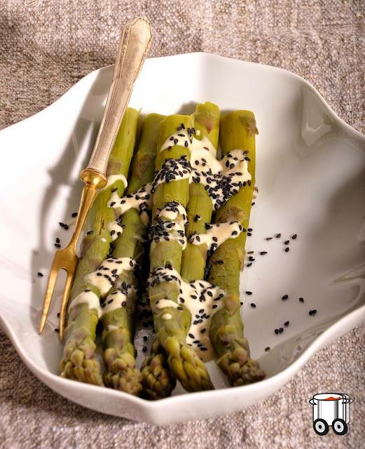 Szybko Tanio Smacznie - Zielone szparagi z sosem z tahiny i czarnym sezamem