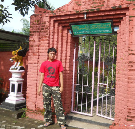 Pintu masuk menuju makam Kyai Kanjeng Jimat