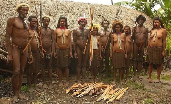 """Thổ dân Indonesia đàn ông che """"của quý"""" bằng quả bầu"""