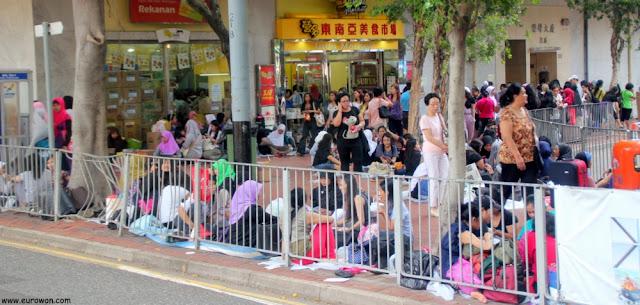 Grupo de trabajadoras asiáticas en una plaza de Hong Kong