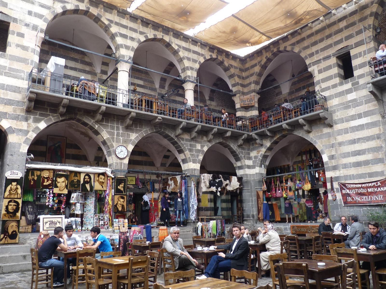 diyarbakir chatrooms Spørgsmål: hvad er forskellene på shia-, sunni- og alevi-muslimer det virker hurtigt, som om uenighederne er politiske, men hvad er de teologiske uenigheder.