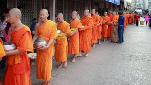 Hebat, di Thailand Ada Hotline Buat Laporkan para Biksu Nakal