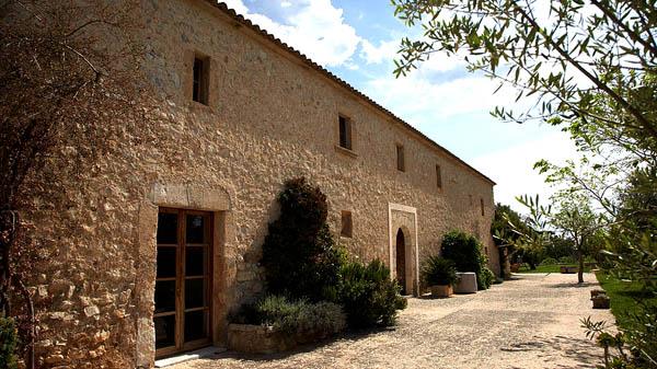 fachada de piedra del hotel rural