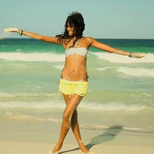 Calzedonina bikini - Hot & Rock kollekció bikini - sárga short a tengerpartra