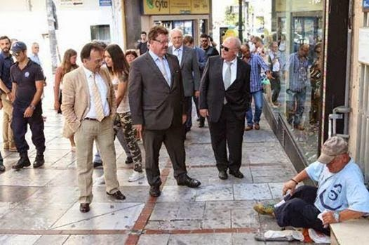 """Εικόνα ντροπής! Ο Φούχτελ """"επιθεώρησε"""" τους άστεγους στο Ηράκλειο..."""