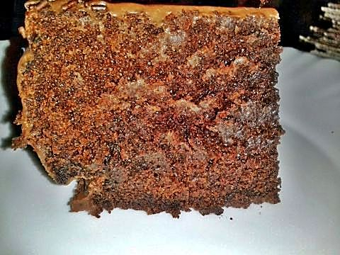 Trozo de tarta de corazón de chocolate y nueces