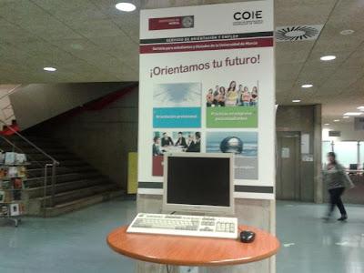 Punto de información del COIE en la Biblioteca General de la UM.