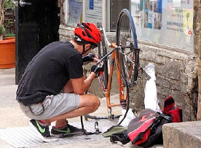 Reparando pinchazo bicicleta