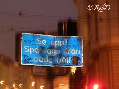 """Varningsskylt med texten: """"Se upp! Spårvagnar från båda håll."""" foto: Reb Dutius"""