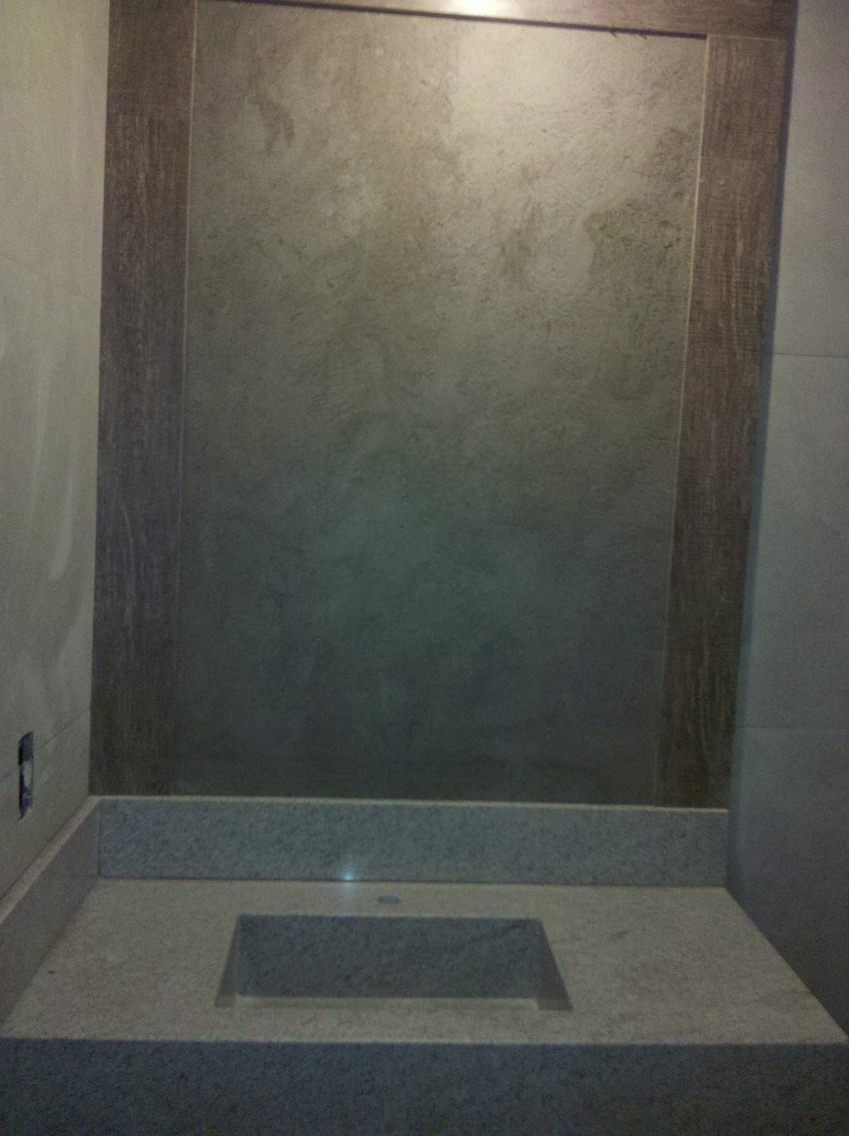 porcelanato imitando cimento queimado nas paredes e a mesma moldura de  #816F4A 1195x1600 Banheiro Com Parede De Cimento Queimado