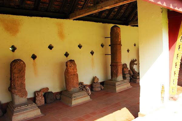 Restos de esculturas en Pha That Luang