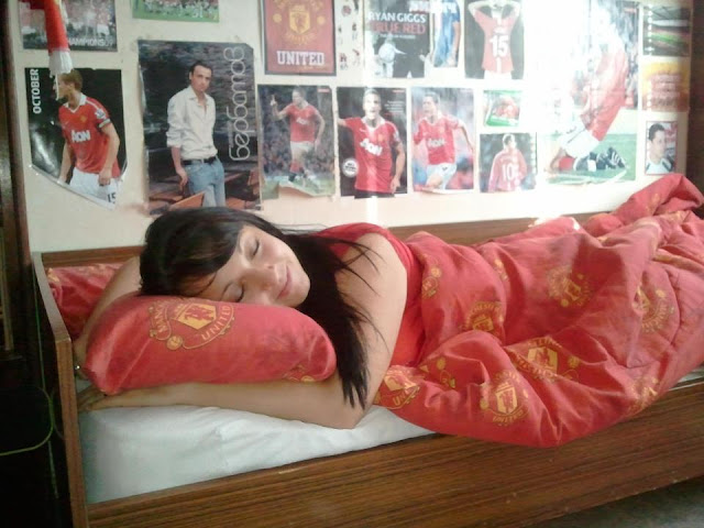 The sleeping Manchester United girl