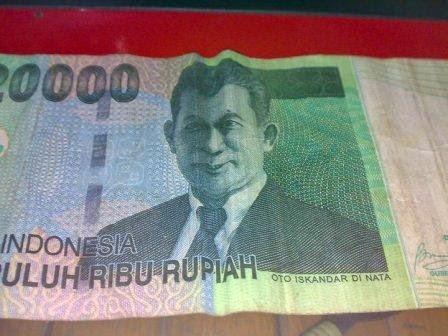 Iseng iseng dengan uang kertas....!!!