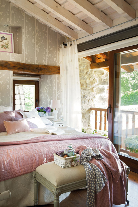 The romantic cottage bedroom. Photo via El Mueble.