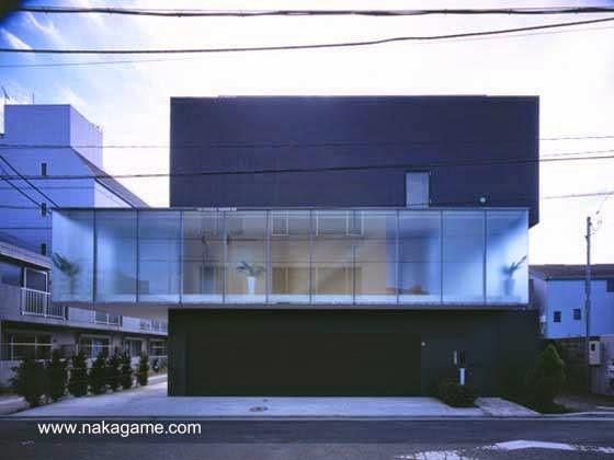 Residencia contemporánea japonesa formada por tres cajas construida de concreto reforzado y acero