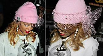 Rihanna fiyonklu ve tüllü pembe beresi ile şirin bir görünüm yakalarken omuz hizası sarı saçları ile de gizemli bir görünüm kazanmaktadır.