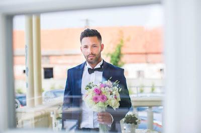 Pan Młody z bukietem ślubnym