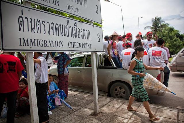traverser la frontière à Mae Sot - panneau immigration
