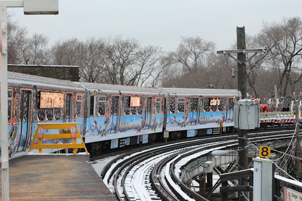 i hopped off at sheridan to get a photo of the entire train the curve is the best spot to see it all - Cta Christmas Train 2014