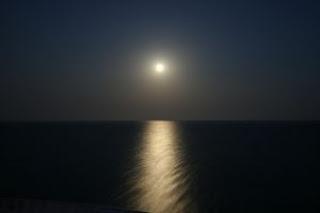 luna en el mar mediterraneo
