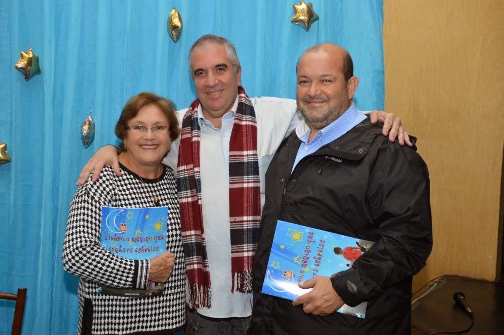 O escritor recebe o vice-prefeito Marcio Catão e a mãe Maria José Catão