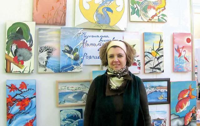 Наталія Северенчук біля виставки своїх робіт.