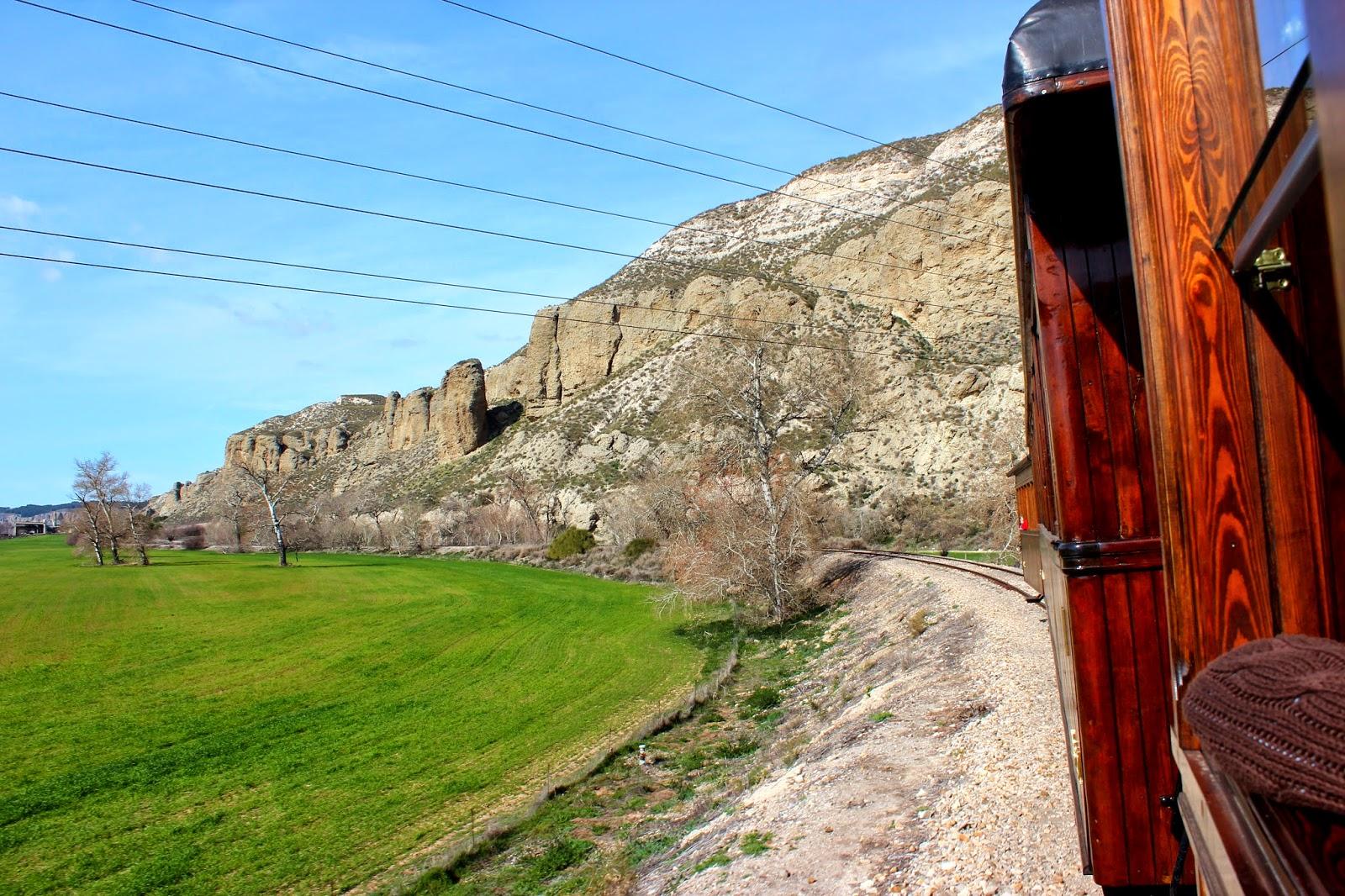 Cortados yesiferos desdee la ventana del tren de vapor Arganda
