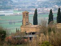El campanar i l'església romànica de Sant Jaume de Viladrover des del Pla de l'Estalviada