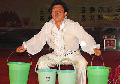 مدهش للغايه , رجل صيني يحمل 45 كيلوغراما في جفنيه