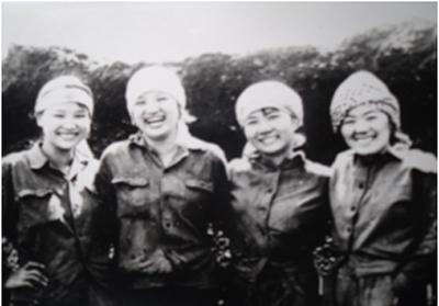 Niềm vui thanh niên Hà Nội trên công trường khai thác than Quảng Ninh (năm 1982) - Ảnh:  Nguyễn Quang.