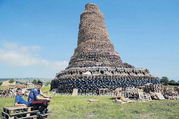 SEBUAH unggun api setinggi lebih 30 meter didirikan di pinggir bandar raya Belfast, Ireland Utara kelmarin.