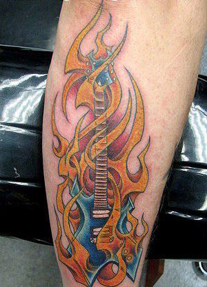 Tatuaje guitarra en llamas | Fotos de Tatuajes
