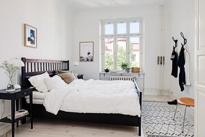 Decoracion estilo nordico apartamento sueco en color blanco con parquet y techos con molduras