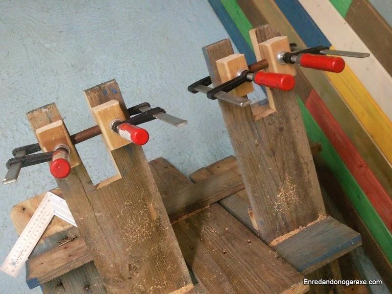 Colocando los soporte para los ejes en las patas de la silla. Enredandonogaraxe.com